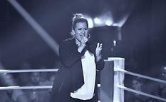 Nora Brandenburger singt auf der Bühne im Ring von Voice of Germany