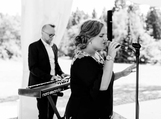 Hochzeitssängerin Nora Brandenburger mit Keyboard Begleitung