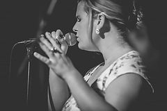 Nora Brandenburger singt gefühlvoll in ein Mikrofon bei einem Event
