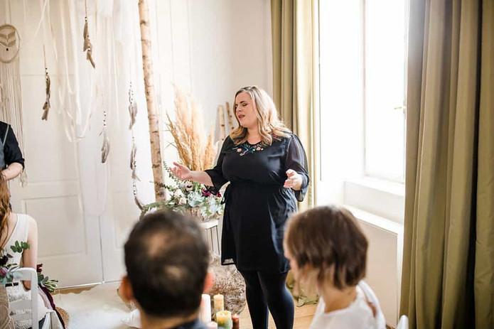 Nora Brandenburger bei Trauzeremonie