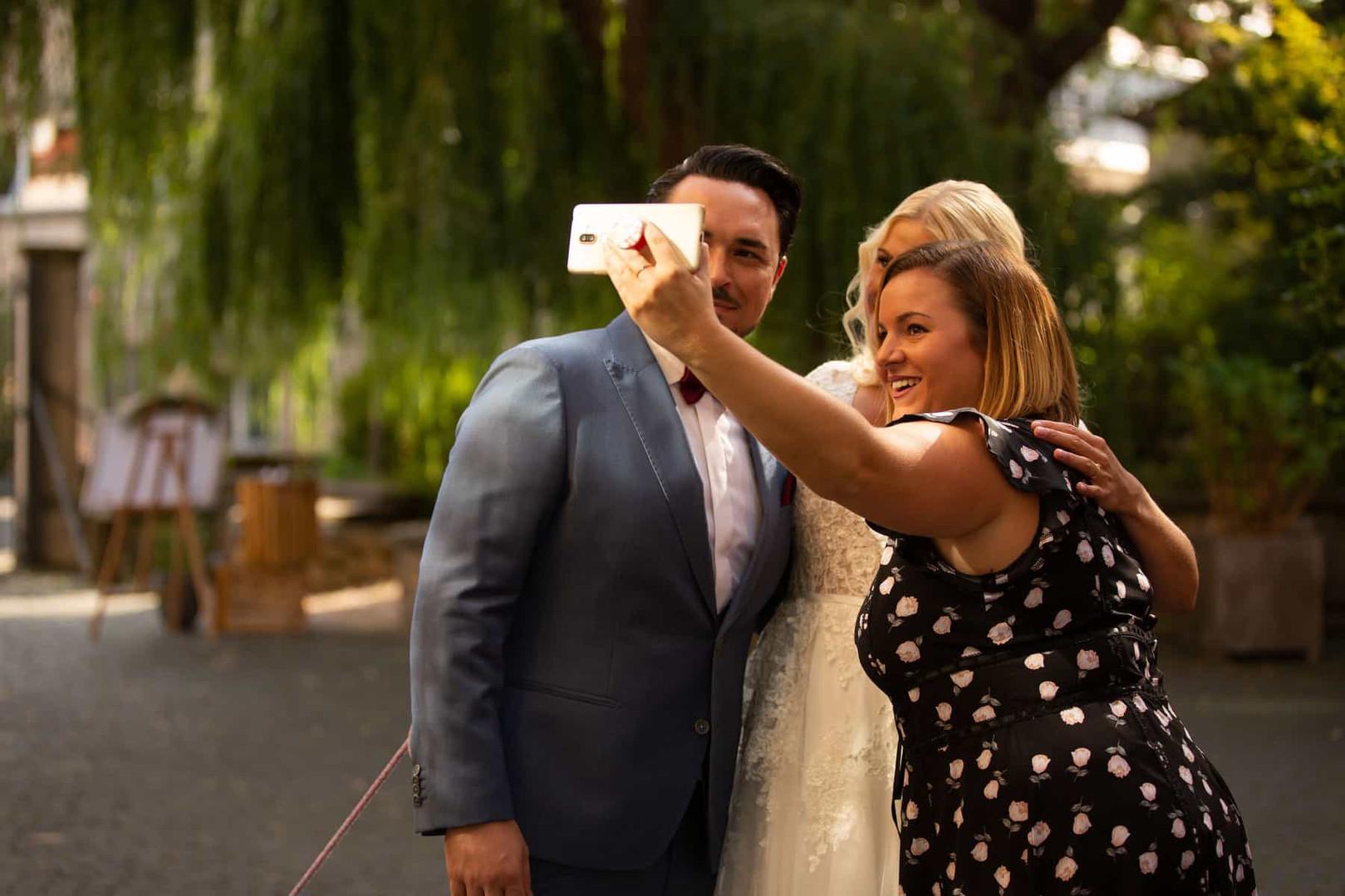 Selfie mit Brautpaar