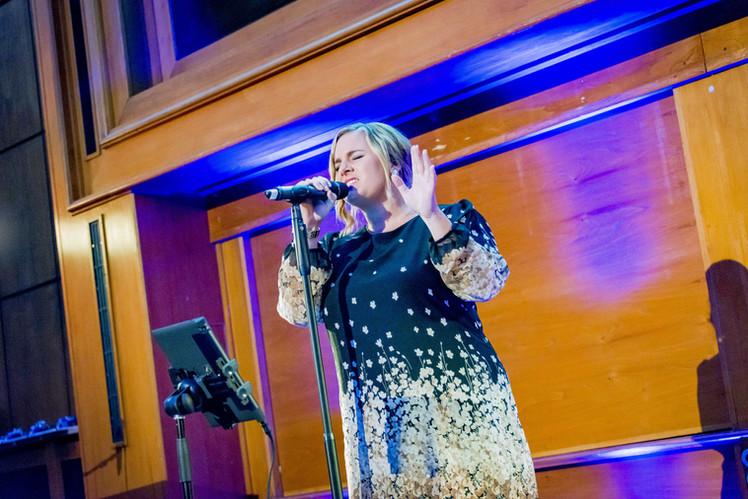 Eventsängerin Nora Brandenburger Bei Provadis Veranstaltung auf Bühne