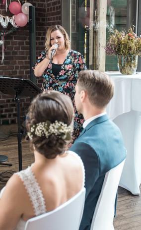 Traurednerin Nora Brandenburger bei Hochzeitszeremonie