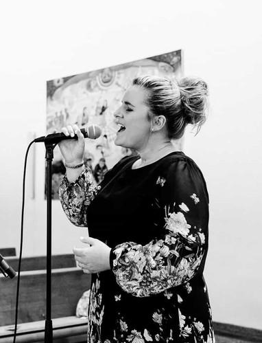 Nora Brandenburger singt in Kirche
