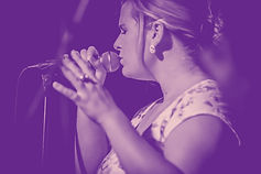 Nora Brandenburger singt gefühlvoll in ein Mikrofon