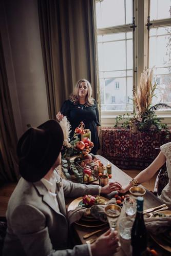 Hochzeitssängerin Nora Brandenburger an Hochzeitstafel vor Brautpaar
