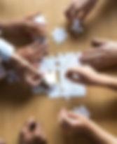 ידיים מרכיבות פאזל מוקטן.jpg