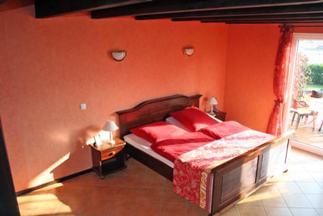 Ein Doppelbett im Erdgeschoss