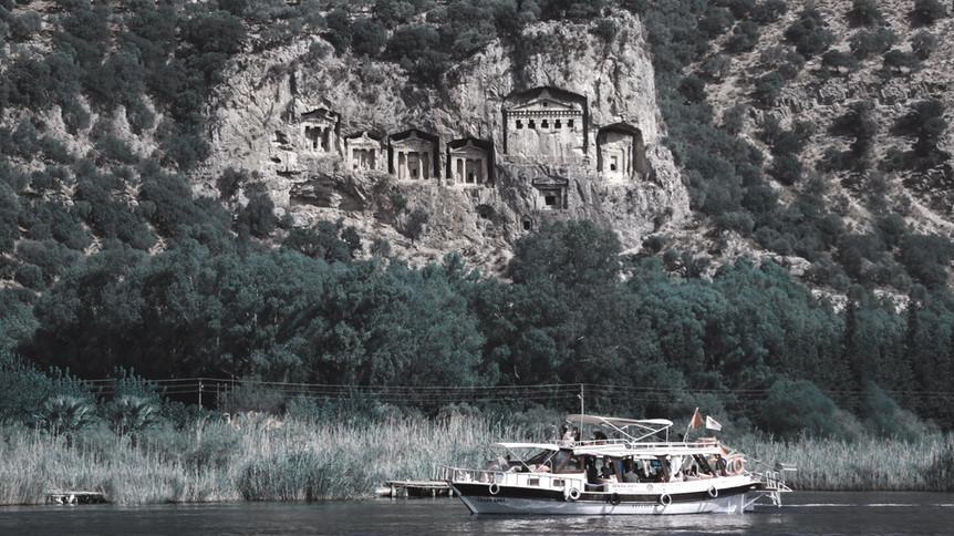 Kaunos Kaya Mezarları'nın gözcülüğünde İztuzu'na varılan yarım saatlik tekne yolculuğunda geçiğimiz sazlık öbeklerini düşünüyoruz.