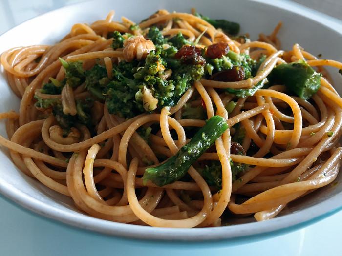 Spaghetti integrali broccoli, noci e uvetta