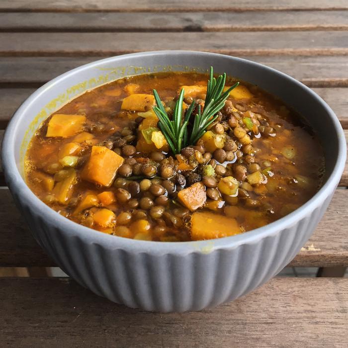 Zuppa speziata autunnale di lenticchie e zucca