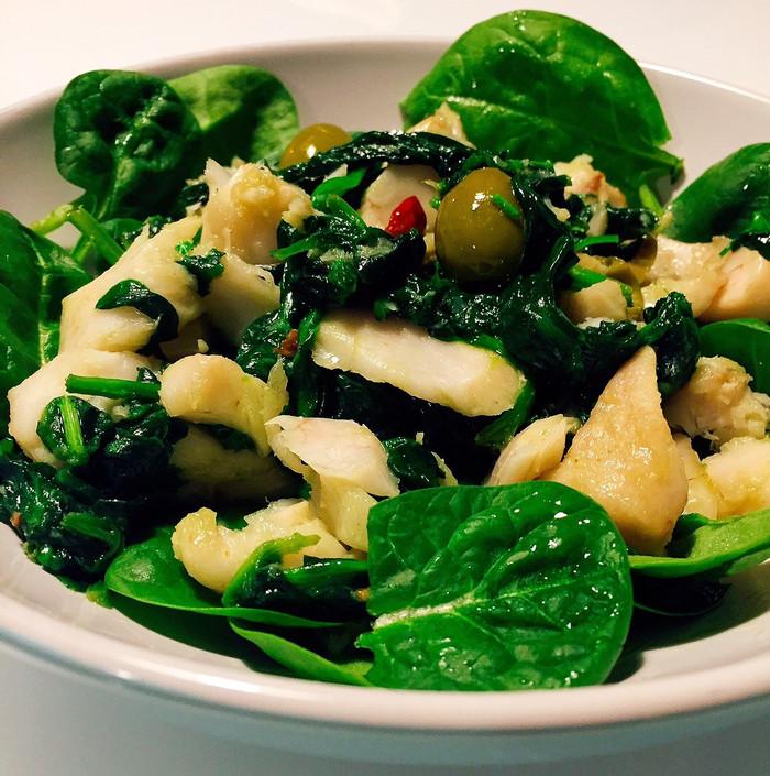 Insalata di merluzzo, olive e spinaci