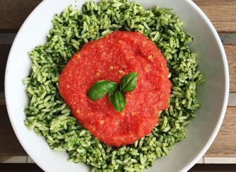 """Riso """"verde"""" con salsa di pomodori e cipollotti"""