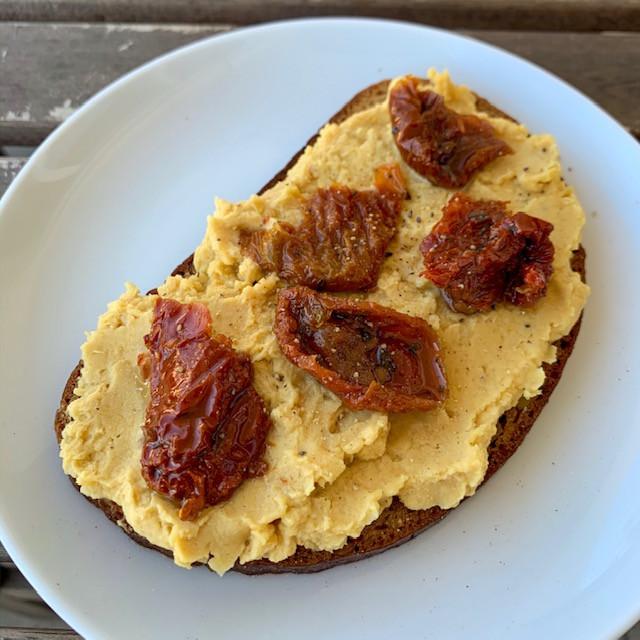 Bruschetta con hummus di ceci e pomodori secchi