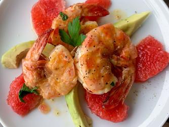Insalata di mazzancolle con pompelmo rosso e avocado