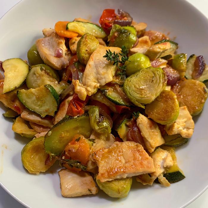 Bocconcini di pollo con mix di verdure al forno