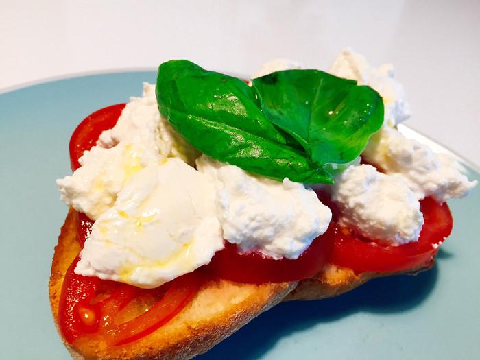 Bruschetta pomodoro ricotta e basilico