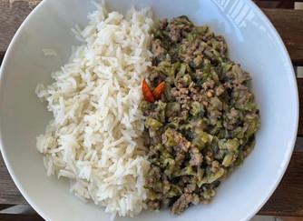 Riso basmati con macinato di carne, zucchine e melanzane alla curcuma.