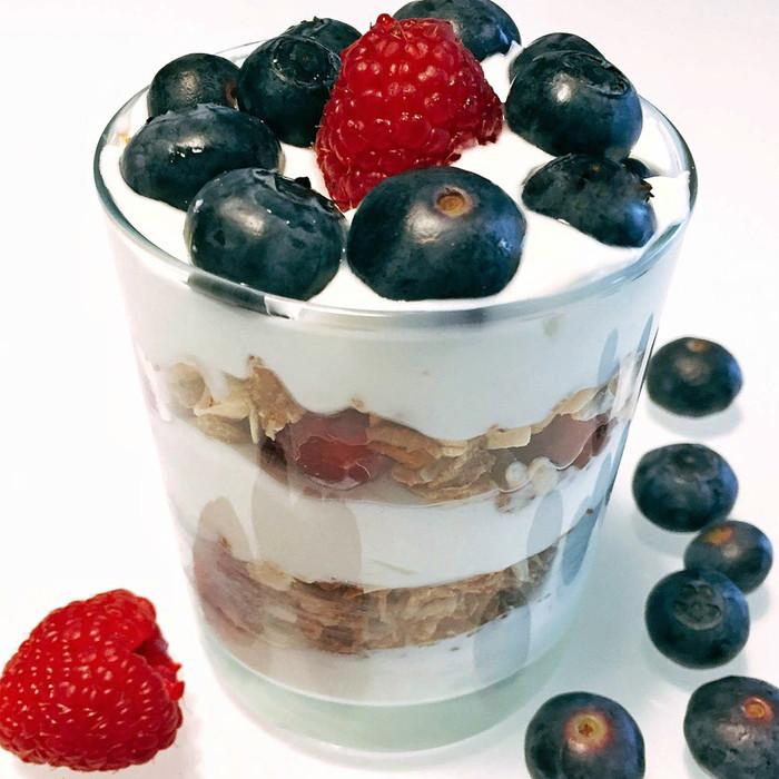 Coppette di yogurt greco con mirtilli, lamponi e avena