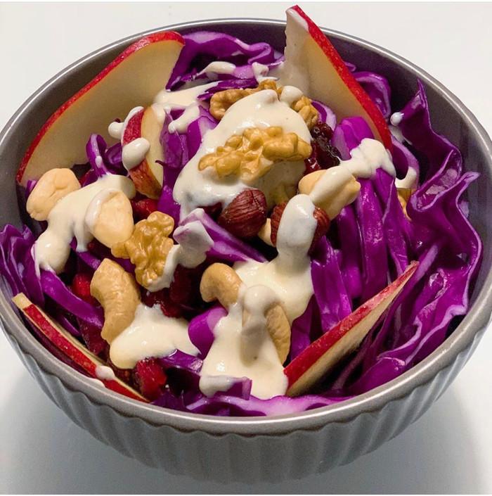 Insalata di cavolo viola, mela e frutta secca con salsa leggera allo yogurt