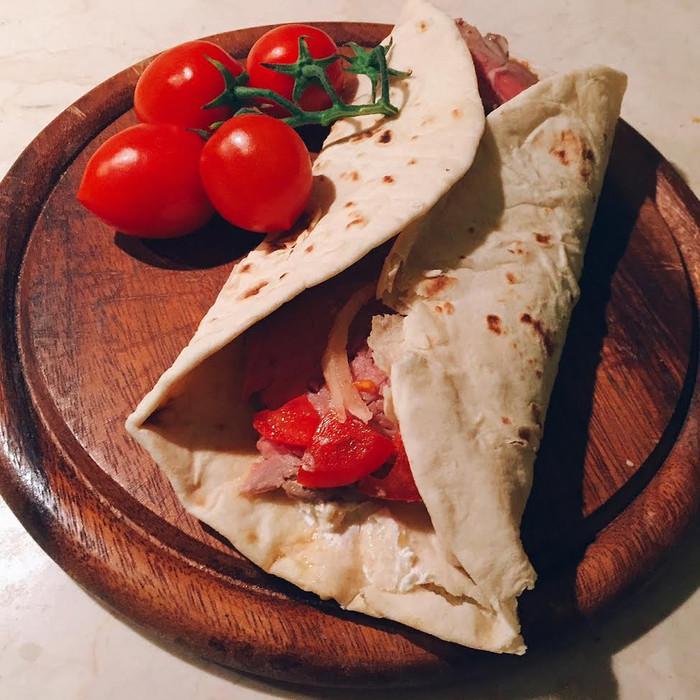 Piadina con arrosto, pomodori e caprino