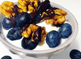Crema di ricotta con noci, mirtilli e crema al cioccolato fondente
