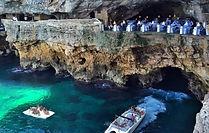 Après votre arrivée à Bari, nous vous proposons de visiter directement la magnifique ville de Polignano a mare ! Lama Monachile, l'une des plus belles plages de Polignano a Mare, vaut absolument le détour : ses eaux vertes contrastent avec la plage de galets blanc, ce qui la rend vraiment belle. En levant les yeux, on peut admirer la partie la plus ancienne de la ville qui se situe sur un éperon rocheux en hauteur, à pic sur la mer. Si l'on souhaite la visiter, il est possible de le faire depuis le centre historique. Pour admirer les magnifiques grottes de Polignano a mare, nous vous proposons un tour en bateaux privés et suivi d'un cocktail de bienvenue!