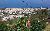 Pour votre journée à Capri, nous vous proposons de découvrir ce charmant village et ses boutiques artisanales. Nous remettrons à chacun de vos collaborateurs un ticket leur permettant d'accéder au point culminant de l'île d'une façon surprenante et insolite jusqu'au fameux Monte Solaro ! Lors de votre visite, une pause glace viendra entrecouper votre après-midi sur l'île !