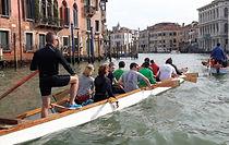 C'est dans la lagune de Venise que nous vous proposons une activité qui vous permettra de découvrir la beauté de la ville et tous ses secrets d'une façon dynamique : le dragon boat. Divisé en équipes, vos collaborateurs auront la possibilité de découvrir Venise de manière inusuelle et terminer avec une compétition entre eux.