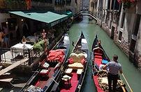 Impossible de venir à Venise et pas faire un tour de gondole !  Une flotte de gondoles, ces embarcations typiquement vénitiennes, vous seront mises à disposition pour votre après-midi. Ainsi par groupe, vos collaborateurs pourront découvrir Venise d'un autre point de vue. Cette découverte d'une durée d'environ une heure, pourra être organisée pour un typique apéritif au coucher de soleil.