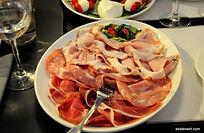 Pour votre séminaire à Florence, parmi les plusieurs activités et sorties en ville, nous vous proposons une dégustation de fromage et charcuterie italiens au cœur du centre historique de Florence. Il s'agit d'une dégustation dont le concept est basé sur la mozzarella di Bufala Campana qui est considérée comme la meilleure du monde. Différentes variétés des fermes des alentours vous seront proposées pour le plaisir de vos papilles !