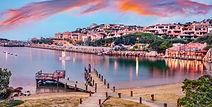 La magie de la Costa Smeralda arrive au coucher de soleil : nous vous proposons une promenade à Porto Cervo parmi les bateaux à quais, les apéritifs sur la plage, ou bien une soirée à Phi Beach, boîte de nuit très célèbre ouverte jusqu'à tard où vous pourrez admirer des couchers de soleil inoubliables !