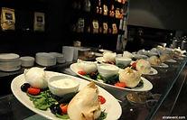 Pour votre séminaire à Rome, parmi les plusieurs activités et sorties en ville, nous vous proposons une dégustation de fromage et charcuterie italiens au cœur du centre historique de Rome. Il s'agit d'une dégustation dont le concept est basé sur la mozzarella di Bufala Campana qui est considérée comme la meilleure du monde. Différentes variétés des fermes des alentours vous seront proposées pour le plaisir de vos papilles !