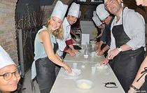 Après une brève introduction à l'activité par nos chefs, les participants, répartis en équipes, seront appelés à réaliser d'abord de la pizza dans toutes les phases de base; des ingrédients à la pâte jusqu'au déploiement de la pâte, comme seul le vrai pizzaiolo peut le faire ! Les invités devront également prendre soin, chacun pour leur propre pizza, de la décoration selon les préférences et ensuite, donner de l'espace à leur créativité et disposer d'un large choix d'ingrédients et de combinaisons inhabituelles. Après l'activité, vous aurez la possibilité de déguster votre repas avec les produits que vous avez vous-mêmes préparées !
