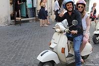 Parcourez les rues animées de Rome sur une Vespa! Une découverte insolite de la ville de Rome. Enfourchez le scooter le plus célèbre du monde et venez découvrir les secrets de Rome. C'est en Vespa que la ville vous apparaîtra dans toute sa magie millénaire.