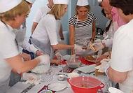 Pour un après-midi original et typique à « l'italienne », nous proposons à vos collaborateurs de participer à un Team cooking Tiramisù ! Vous aurez la possibilité d'apprendre les différentes techniques et secrets pour préparer le vrai dessert italien.  Pour cette activité, vous serez divisé en équipes et assistés par des vrais chefs de la région... un après-midi gourmand vous attend !