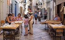C'est à Bari que vos collaborateurs se plongeront dans une activité de « cooking pasta » à l'aide des grands-mères italiennes qui seront très contentes de vous accueillir et de vous enseigner tous les secrets pour préparer des bonnes « orecchiette » fraiches !  A la fin de votre activité, vous aurez la possibilité de récupérer vos propres pâtes comme souvenir de cette inoubliable expérience et des « tarallini pugliesi » également à faire goûter à vos familles et amis !