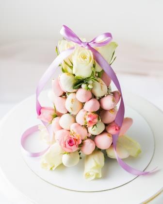 Башня из клубники в шоколаде с цветами