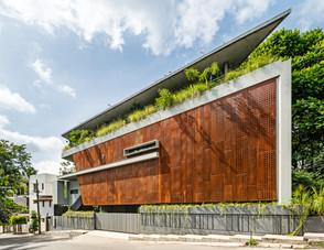 Intervención de diseño residencia monolítica en entorno urbano, India.