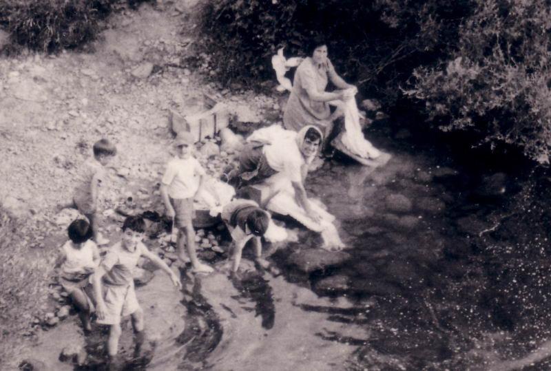 052.-  1960 aprox. - Mujeres y ninos lavando en el rio
