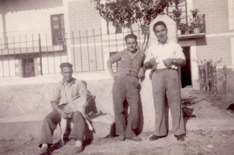 030.- 1946 aprox.- Delante de casa de Pascual