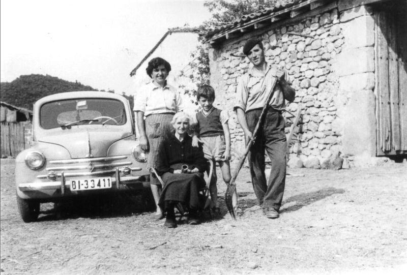 053.- 1960 aprox. - Vitorino Presen J.Ramon y abuela junto al R 4 4 en Quintanilla