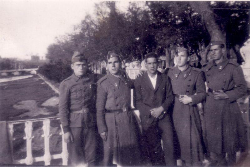 024.- 1943 aprox. - Vitorino y Miguel en la mili