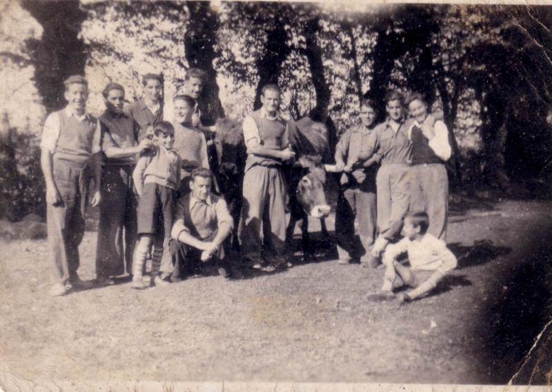 019.- 1942 aprox. - Grupo de gente en la bolera 01