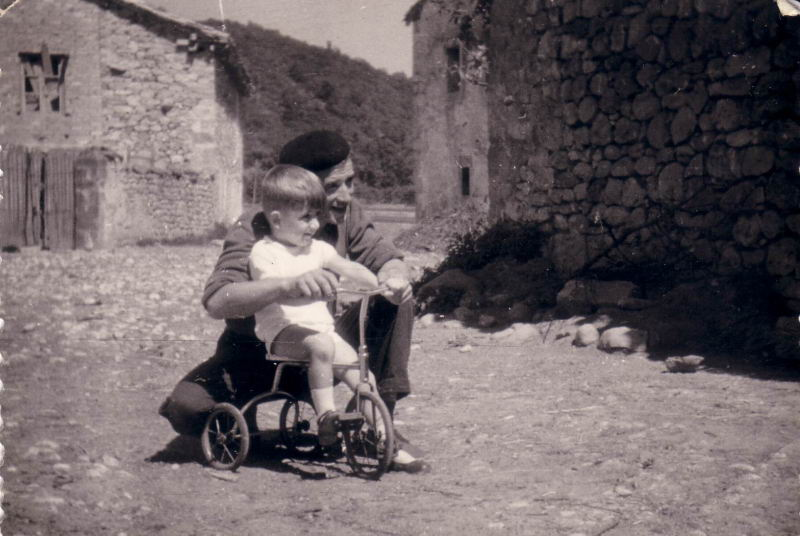 055.- 1960 aprox. - Vitorino y Fernando con el triciclo en Quintanilla