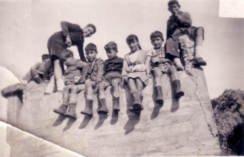 042.- 1959 - Ninos en el Parapeto