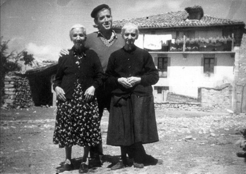 056.- 1960 aprox. - Vitorino, Jesusa y Julia en Quintanilla