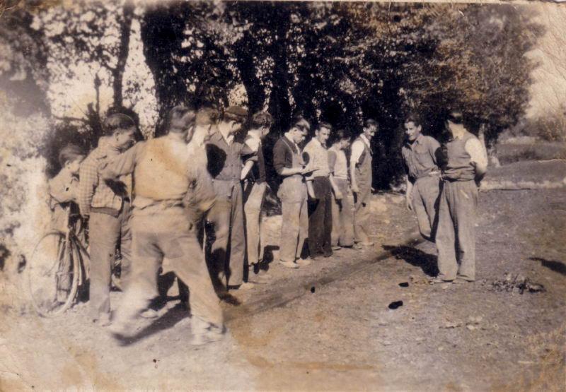 020.- 1942 aprox. - Grupo de gente en la bolera 02