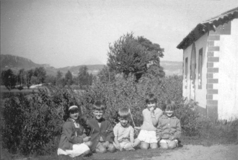 059.- 1960 aprox. - Ninos de Quintanilla. Fernando, Beni, Santi, Olga y X en Casa de la Maestra