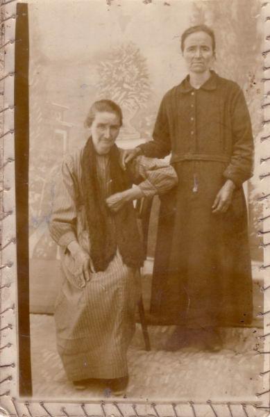 004.- 1920 aprox - Martina y Pilar